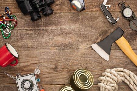 Photo pour Vue de dessus du matériel de randonnée sur table en bois - image libre de droit