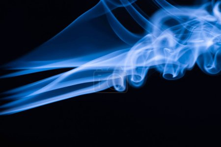 Foto de Humo que fluye colorido azul sobre fondo negro - Imagen libre de derechos