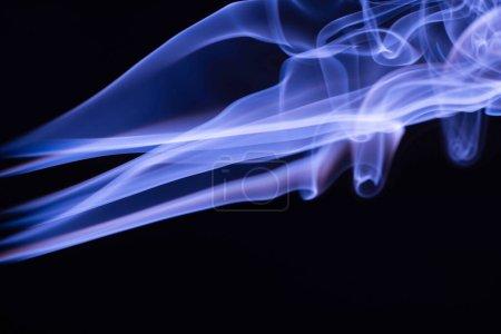 Photo pour Fumée fluide colorée bleue sur fond noir - image libre de droit