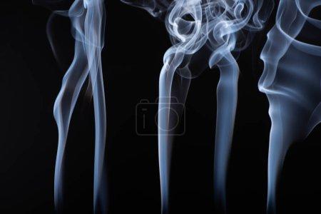 Photo pour Abstrait blanc fumées fluides vapeurs sur fond noir - image libre de droit