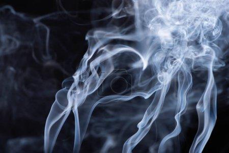 Foto de Humo fluido blanco abstracto sobre fondo negro - Imagen libre de derechos