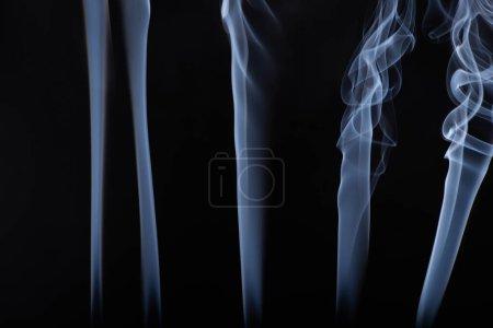 Photo pour Fumée blanche qui coule vapeur sur fond noir - image libre de droit