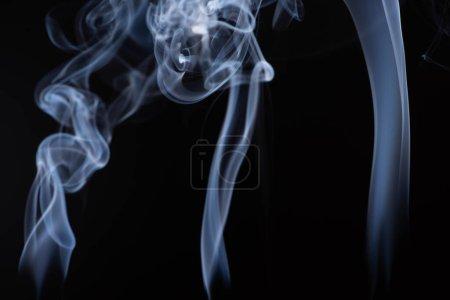 Photo pour Fumée blanche qui coule sur fond noir avec espace de copie - image libre de droit