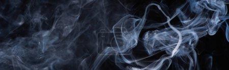 Photo pour Nuage de fumée blanc sur fond noir, panoramique - image libre de droit