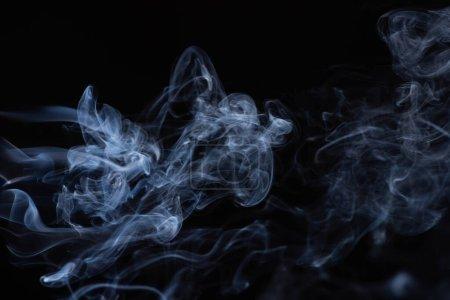 weiße fließende Rauchwolke auf schwarzem Hintergrund