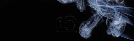 Photo pour Nuage de fumée blanc sur fond noir avec espace de copie, prise de vue panoramique - image libre de droit