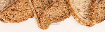 Photo pour Vue de dessus des tranches de pain de grains entiers sur fond blanc, panoramique - image libre de droit