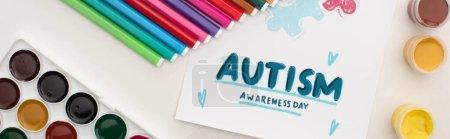 Photo pour Prise de vue panoramique de la carte avec lettrage Journée de sensibilisation à l'autisme et peinture de puzzle sur blanc avec des marqueurs et des peintures - image libre de droit