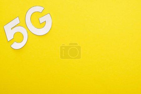 Photo pour Vue du dessus du lettrage blanc 5g sur fond jaune - image libre de droit