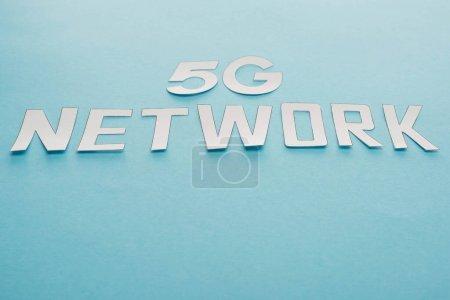 Photo pour Lettrage réseau 5g blanc sur fond bleu - image libre de droit