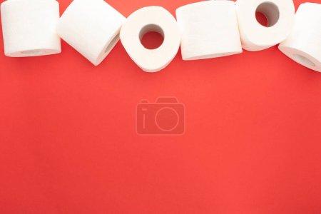 Photo pour Vue du dessus des rouleaux de papier hygiénique propre sur fond rouge avec espace de copie - image libre de droit