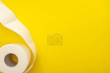 Photo pour Vue du dessus du rouleau de papier hygiénique blanc sur fond jaune avec espace de copie - image libre de droit