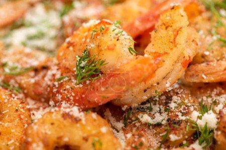 Photo pour Vue rapprochée des crevettes frites à l'aneth et au fromage râpé - image libre de droit