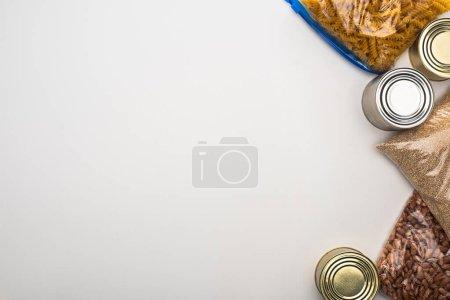 Photo pour Vue du dessus des boîtes et des gruaux dans des sacs à fermeture éclair sur fond blanc, concept de don de nourriture - image libre de droit