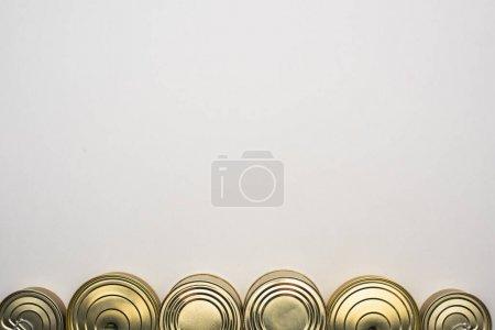 Photo pour Vue du dessus des boîtes dorées avec de la nourriture en conserve sur fond blanc avec espace de copie, concept de don de nourriture - image libre de droit