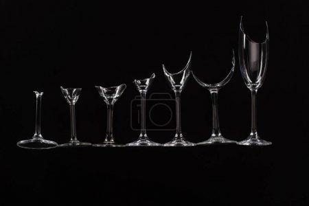 Photo pour Lunettes transparents tranchants cassés en ligne isolé sur noir - image libre de droit