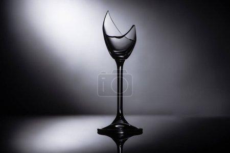 Photo pour Verre transparent tranchant cassé dans l'obscurité - image libre de droit