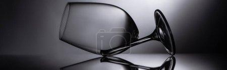 Photo pour Verre transparent tranchant cassé dans une culture sombre et panoramique - image libre de droit
