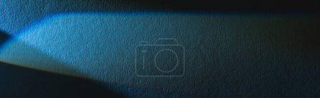 Photo pour Prisme lumineux avec faisceau sur fond bleu texture, culture panoramique - image libre de droit