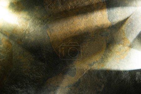 Photo pour Prisme clair avec poutres sur fond de pierre sombre - image libre de droit
