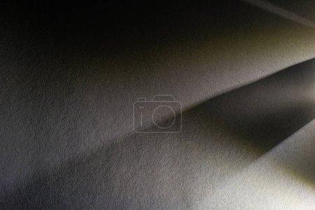 Foto de Prisma de luz con vigas sobre fondo de textura oscura - Imagen libre de derechos