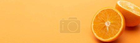 Foto de Maduras deliciosas mitades naranjas sobre fondo colorido, cultivos panorámicos. - Imagen libre de derechos