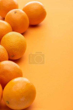 Photo pour Mûr de délicieuses oranges entières sur fond coloré - image libre de droit