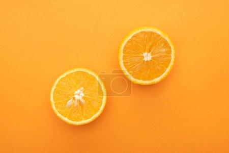 Photo pour Top vue de tranches d'orange juteuses sur fond coloré - image libre de droit