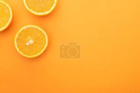 Photo pour Vue de dessus de tranches d'orange juteuses mûres sur fond coloré avec espace de copie - image libre de droit