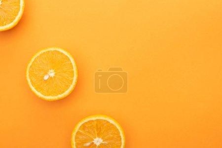 Photo pour Top vue de tranches d'orange juteuses mûres sur fond coloré - image libre de droit