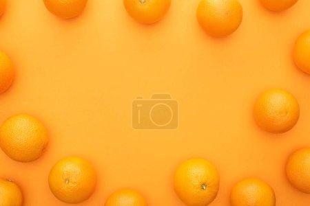 Photo pour Vue de dessus des oranges entières juteuses mûres sur fond coloré - image libre de droit