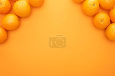 Photo pour Vue de dessus des oranges entières juteuses mûres sur fond coloré avec espace de copie - image libre de droit
