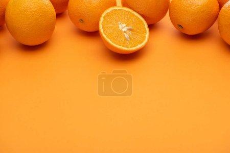 Photo pour Mûr juteux ensemble et couper des oranges sur fond coloré - image libre de droit