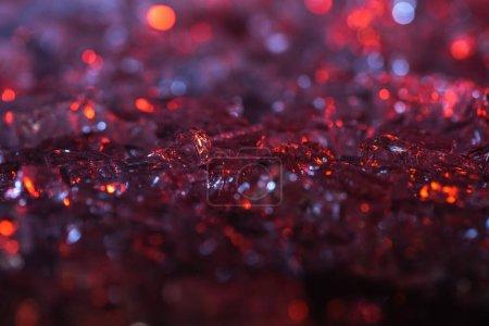 Photo pour Vue rapprochée du fond texturé abstrait en cristal rouge et violet - image libre de droit
