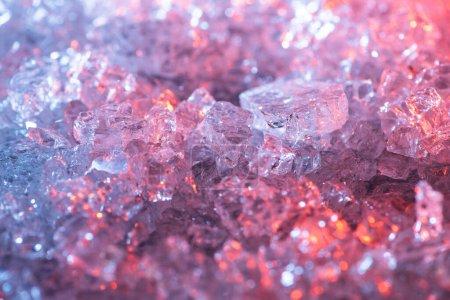 Photo pour Vue rapprochée du fond texturé abstrait en cristal bleu et rouge - image libre de droit