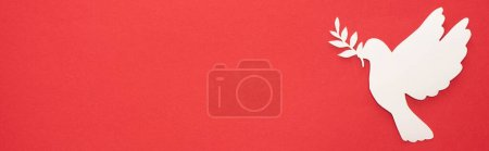 Photo pour Vue de dessus de colombe blanche comme symbole de paix sur fond rouge, panoramique - image libre de droit