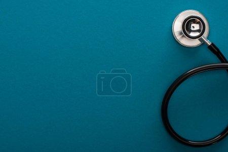 Photo pour Vue du dessus du stéthoscope sur fond bleu - image libre de droit