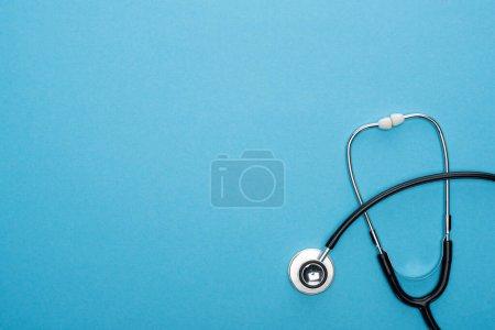 Photo pour Vue du haut du stéréoscope sur fond bleu avec espace de copie - image libre de droit