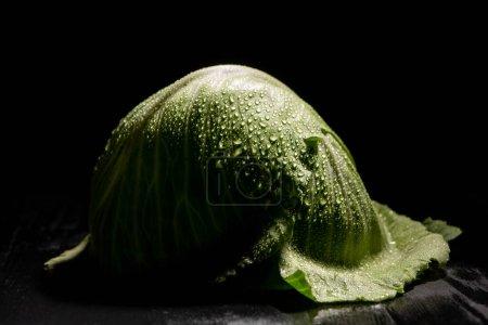 Photo pour Feuilles de chou frais humides vertes isolées sur noir - image libre de droit
