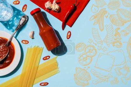 Vista superior de ketchup picante con ajo y chile al lado de espaguetis sobre fondo azul, ilustración de alimentos