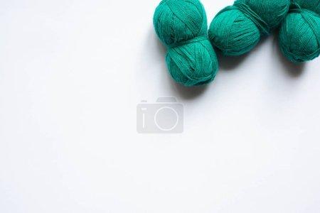 Photo pour Vue de dessus de fil de laine verte sur fond blanc avec espace de copie - image libre de droit