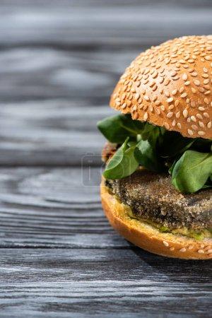 Photo pour Hamburger végétalien savoureux avec microgreens servi sur une table en bois - image libre de droit