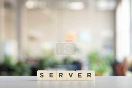 Photo pour Cubes blancs avec serveur de mots sur le bureau - image libre de droit