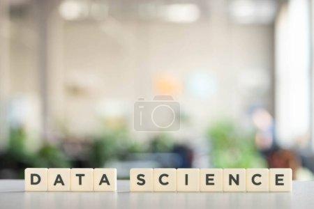 Photo pour Blocs blancs avec caractères de science des données sur une surface blanche - image libre de droit