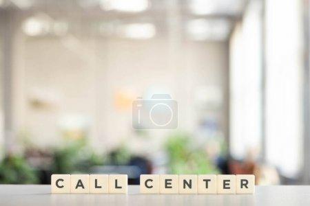 Photo pour Blocs blancs avec lettrage du centre d'appel sur le bureau blanc - image libre de droit