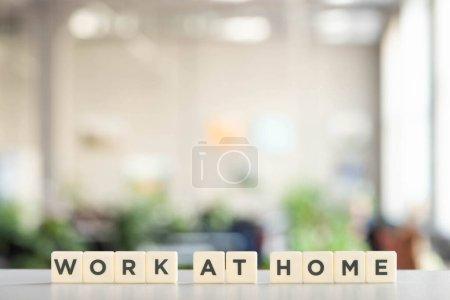 Photo pour Cubes blancs avec travail à la maison lettrage sur bureau blanc au bureau - image libre de droit