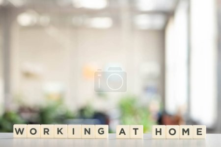 Photo pour Cubes blancs avec travail à la maison lettrage sur bureau blanc - image libre de droit