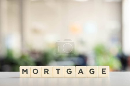 Photo pour Blocs blancs avec inscription de l'hypothèque sur surface blanche - image libre de droit