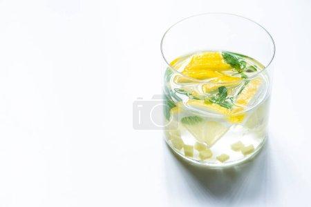 Photo pour Limonade au gingembre frais en verre avec citron et menthe sur fond blanc - image libre de droit