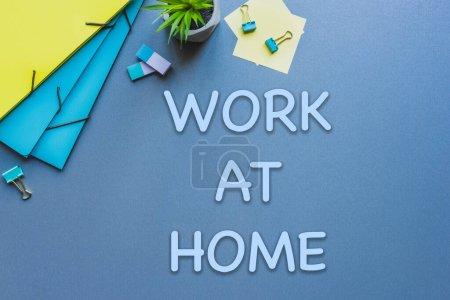 Photo pour Vue de dessus de l'usine, fournitures de bureau et le travail à la maison lettrage sur surface bleue - image libre de droit